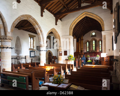Mujer admirando el interior del siglo XI La iglesia sajona de San Gregorio Minster Kirkbymoorside Kirkdale North Foto de stock