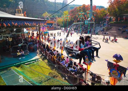 Niños en telesilla en el parque de atracciones Everland en Yongin, Corea del Sur.