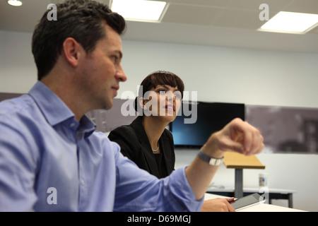 La gente habla en reunión de negocios