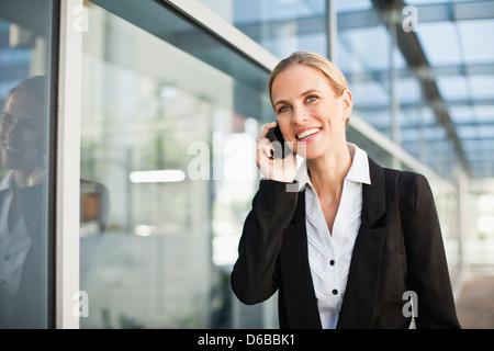 La empresaria hablando por teléfono celular