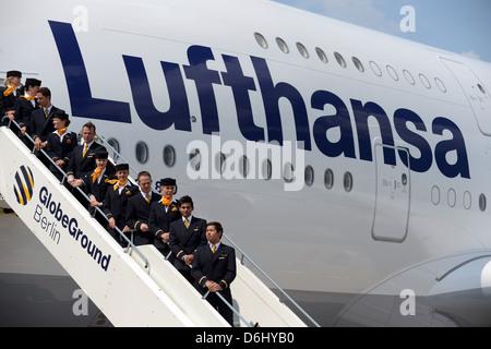 Berlín, Alemania, la tripulación de un A380 de Lufthansa en la pasarela en el aeropuerto de Berlin-Tegel