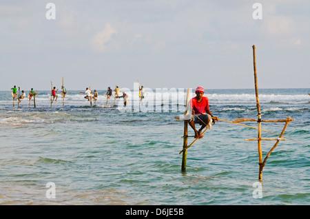 Los pescadores zancos, Dalawella, Sri Lanka, el Océano Índico, Asia