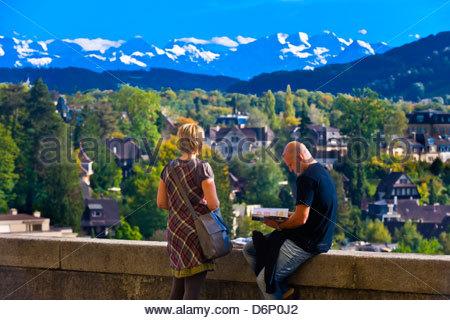Gente Sentada En La Terraza Con Los Alpes Suizos En El Fondo