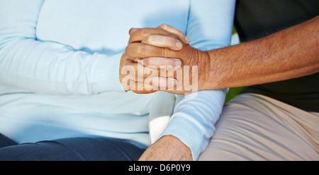 Dos viejos ancianos en amor, sosteniendo sus manos