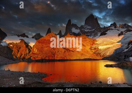 La laguna de Los Tres y el Monte Fitz Roy, espectacular amanecer, Patagonia, Argentina