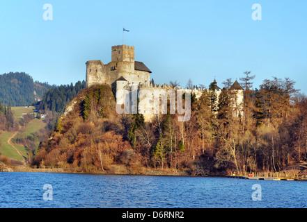 Dunajec Avance medieval Castillo de Niedzica, Polonia. Construido en el siglo XIV, en parte en ruinas.