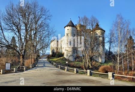Dunajec Avance medieval Castillo de Niedzica, Polonia. Construido en el siglo 14.