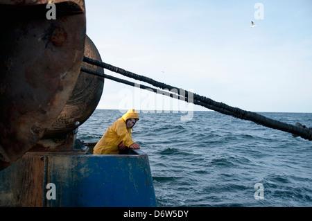 Acarreo de pescador vuelta dragger net sobre la pesca de arrastre. Bancos Stellwagen, Nueva Inglaterra, los Estados Unidos, el norte del Océano Atlántico
