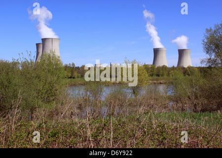 Foto de una planta de energía nuclear operativo en las orillas de un río rodeado de árboles