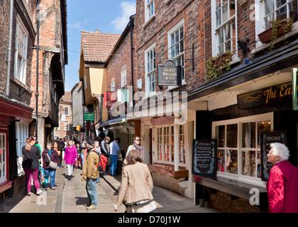 The Shambles, la calle estrecha de entramado de madera antiguos edificios medievales, York, North Yorkshire, Inglaterra, Reino Unido, GB, EU, Europa