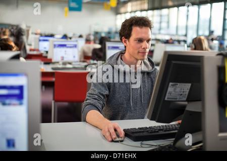 Estudiante en el aula de informática