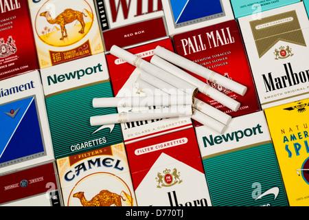 Varios paquetes de cigarrillos. Marlboro, Pall Mall, Winston, Camel, Parlamento, Newport, espíritu estadounidense.