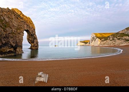 Puerta de Durdle en Dorset, mirando hacia los acantilados de tiza la cabeza y bate la mantequilla Rock