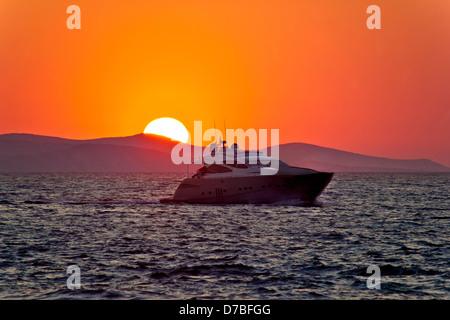 Yate en el mar con épicas sunset, Mediterráneo, Croacia Foto de stock