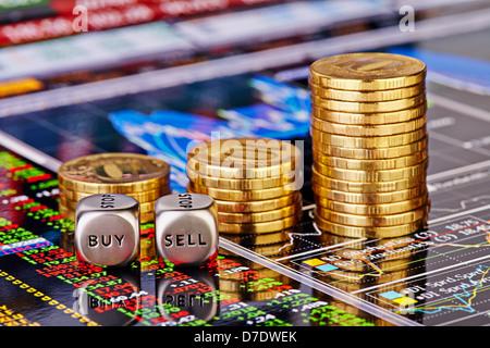Subida apila monedas doradas, cubos cubos con el worsd vender comprar en los gráficos de cotizaciones financieras como fondo. Enfoque selectivo