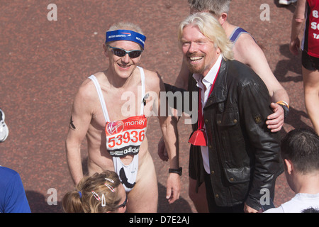 Virgen Maratón de Londres de 2013, Sir Richard Branson con corredor en un mankini y una bandana de British Airways