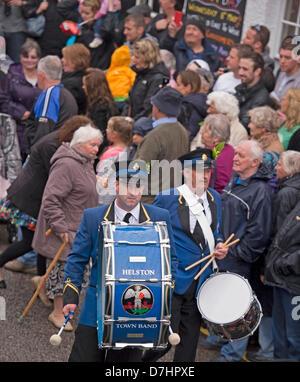 Helston, Cornualles, en el Reino Unido. 8 de mayo de 2013. Flora Helston día es celebrado anualmente el 8 de mayo. Es un festival antiguo que celebra el final del invierno y marcar la nueva temporada de primavera. Tiendas y casas están decoradas con motivos florales. Los bailes se celebran a lo largo del día y las parejas bailan por millas a lo largo de las calles de la ciudad dentro y fuera de tiendas y casas, acompañado por la banda de la ciudad. Una vez que el bombo grande golpea a las 7am el primer baile comienza. El baterista hacia el mediodía a la danza. Crédito: Bob Sharples / Alamy Live News