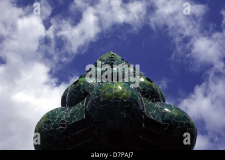 La chimenea verde pod o eje de ventilación en el techo del Palau Güell una mansión de estilo modernista diseñado por el arquitecto Antoni Gaudí para el magnate industrial Eusebi Güell, situado en el barrio del Raval de Barcelona Cataluña España