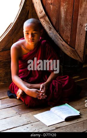 Inexperto monje budista en la lección en Shwe Kyaung Yaunghwe, un famoso monasterio de madera de teca, Nyaungshwe, Lago Inle, el Estado de Shan, Birmania, Asia