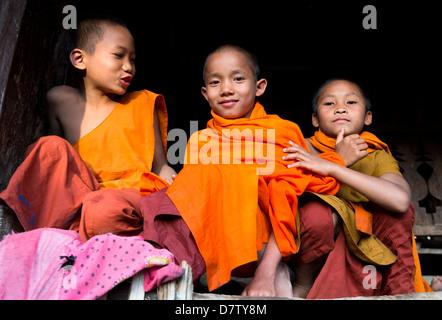 Tres monjes novicios en pueblo cerca de Kengtung (Kyaingtong), el Estado de Shan, Birmania Foto de stock
