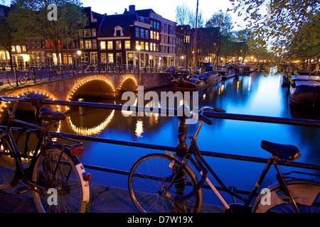 Por la noche, Keizersgracht, Amsterdam, Países Bajos.