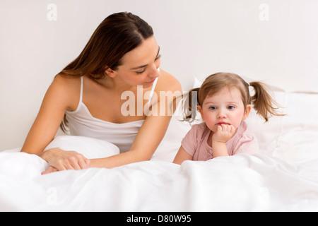 Controversia entre un niño y su madre en el dormitorio blanco