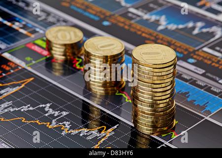 Subida apila monedas,en los gráficos de cotizaciones financieras como fondo. Enfoque selectivo