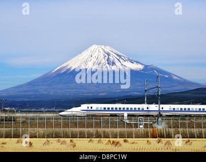 Un tren bala pasa por debajo de Mt. Fuji en Japón.