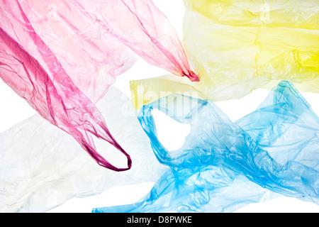 Colorido, arrugado bolsas de plástico aislado sobre fondo blanco con trazado de recorte incluido Foto de stock