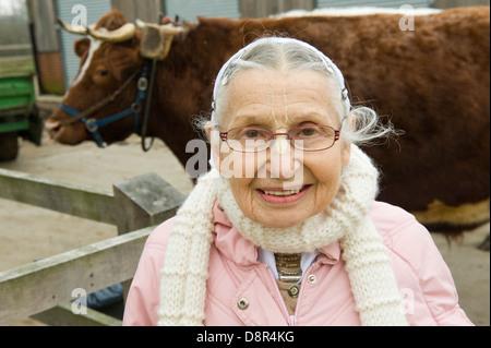 """Gokul pix y lácteos copyright Nick Cunard el Hare Krishna manada de 44 vacas y bueyes en George Harrison's mansión en Hertfordshire, es tan tranquilo como un templo. Gokul Dairy Farm [significado lugar de vacas ] comprende 44 vacas y bueyes parte de George Harrison's mansión Bhaktivedanta Manor en Hertfordshire . Una £2.5m 'protegidas' complejo de vaca se la ha denominado una """"Hilton"""" para las vacas y un plan sostenible para la producción lechera. Los 3.000 metros cuadrados de edificio que es el hogar de invierno de la manada, es un cruce entre un vivero, un workhouse y una casa de vacas viejas. Aunque no está a la venta al público los costes de TI"""