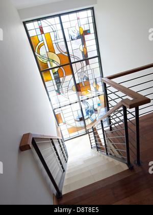 Escalera con pasamanos de cristal y una mancha Foto de stock