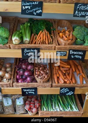High street tradicionales producen Farm shop interior con fruta y verduras frescas a la venta en kilos pizarras estibar en la Wold Cotswolds UK