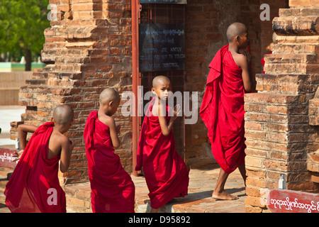 Los jóvenes monjes budistas introduzca uno de los stupas de la ALO PYI GROUP - Bagan, MYANMAR