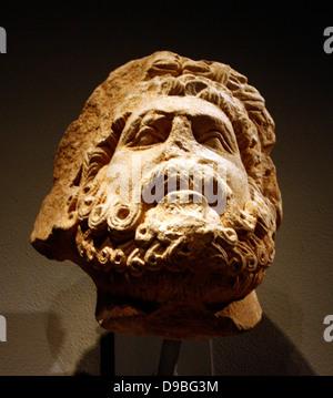 Cabeza de piedra caliza de un hombre barbado, posiblemente de Júpiter. Sur Italiano, posiblemente Apolia. Talladas 1200-1300