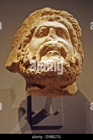 Cabeza de piedra caliza de un hombre barbado, posiblemente de Júpiter. Sur Italiano, posiblemente Apolia. 1200-1300 tallada.