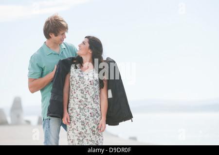 Romántica pareja joven de pie en el muelle