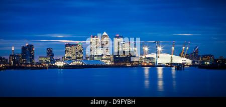Vistas panorámicas del horizonte de Londres sobre el río Támesis con Canary Wharf, el estadio O2 Arena y el Shard, Londres, Inglaterra, Reino Unido.