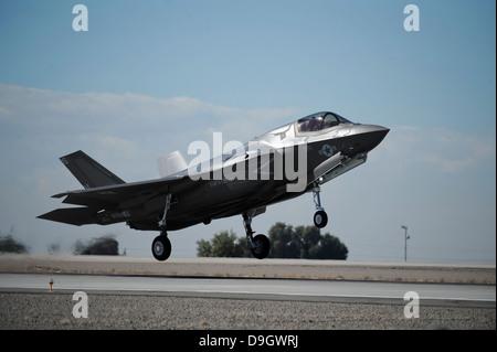 Noviembre 16, 2012 - Un Cuerpo de Marina de los EE.UU. aviones F-35B se prepara para un aterrizaje en el Marine Corps Air Station Yuma, Arizona.