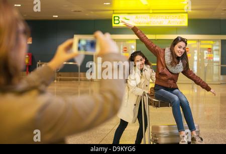 Mujer fotografiar a dos niñas adolescentes en aeropuerto