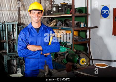 Retrato de técnico industrial en el taller Foto de stock