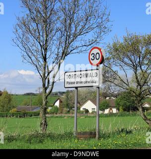 Señal de Carretera de tráfico 30 MPH en Torthorwald Village, Dumfries y Galloway, Escocia, Reino Unido