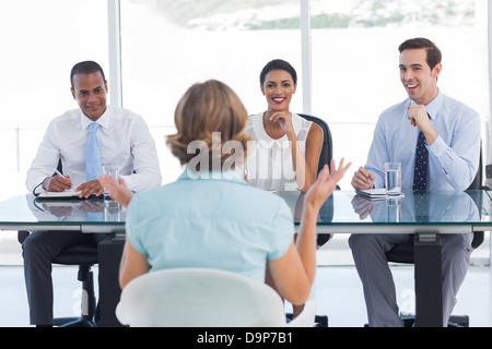 Contratación de consultores sonriendo delante de un solicitante