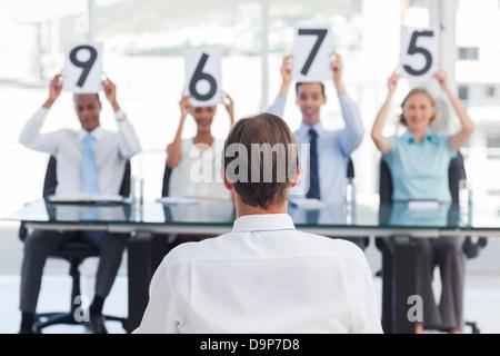 Panel de jueces mostrando marcas de la parte delantera de un solicitante