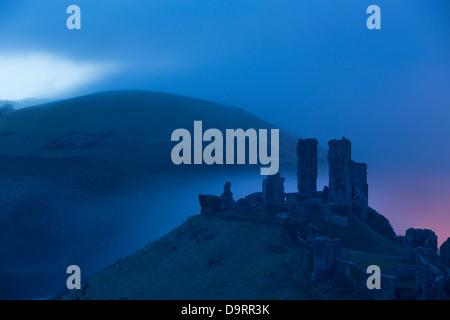 El castillo Corfe en la neblina al amanecer, Dorset, Inglaterra, Reino Unido. Foto de stock