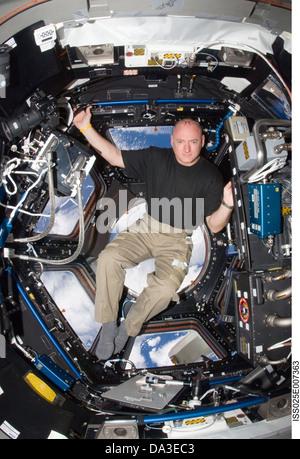 El espacio de la NASA, astronauta de la Estación Espacial Internacional el Comandante Scott Kelly, ingeniero de vuelo de la expedición 25 en la cúpula