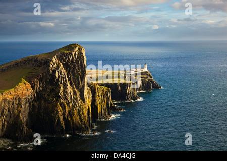 Faro de Neist Point y la Isla de Skye Highlands y las islas de Escocia en el REINO UNIDO GB Europa UE Foto de stock