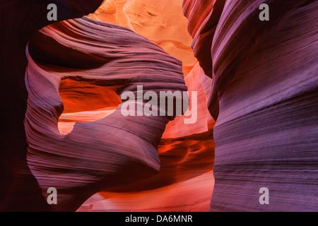 Líneas y estructuras a bajar el Cañón Antelope, Page, Arizona