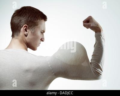 El hombre la flexión músculos con globo en el manguito