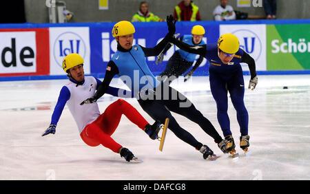 Im Herren-Finale über die 500 metros stürzen am Samstag (19.02.2011) en der Eishalle en Dresden im Rahmen des Weltcup-Finales im Shorttrack Frankreichs Teobaldo Fauconnet (l), der US-Amerikaner Simon Cho (M) sowie der Südkoreaner Byeong-Jun Kim auf der Ziellinie, Fauconnet wurde später als Sieger vor Cho gewertet, Kim wurde disqualifiziert. Un diesem Wochenende trifft sich die Weltel