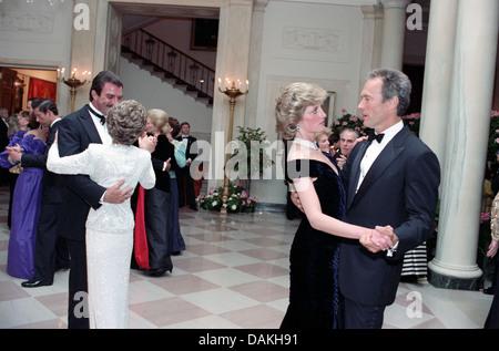 Diana, Princesa de Gales, baila con el actor Clint Eastwood como Primera Dama Nancy Reagan bailes con el actor Tom Selleck durante una cena de gala de la Casa Blanca el 9 de noviembre de 1985 en Washington, DC.
